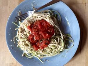 Spaghetti z surowej kalarepy z sosem ze słonecznika i salsą pomidorową